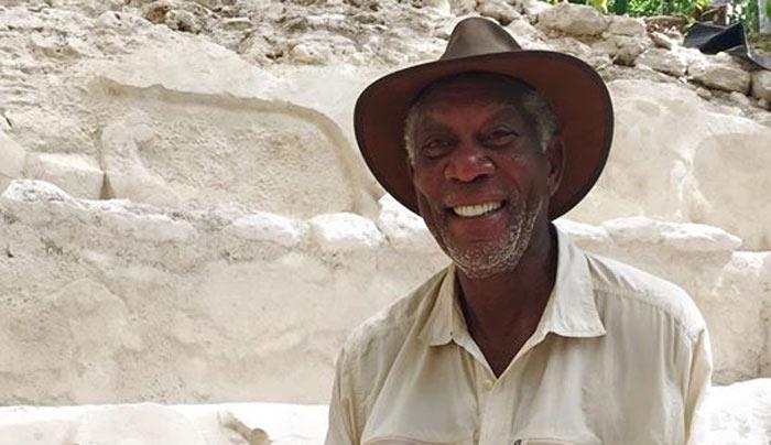 Morgan Freeman invita a visitar ciudad maya en Guatemala